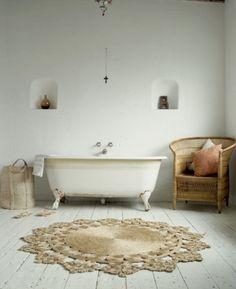 Landelijke minimalistische badkamer in wit.