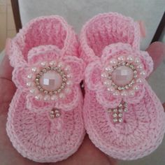 Ssndalias a crochet This Pin was discovered by Rin Crochet Baby Boots, Crochet Baby Sandals, Booties Crochet, Baby Girl Crochet, Crochet Baby Clothes, Crochet Shoes, Crochet Slippers, Crochet For Kids, Baby Booties