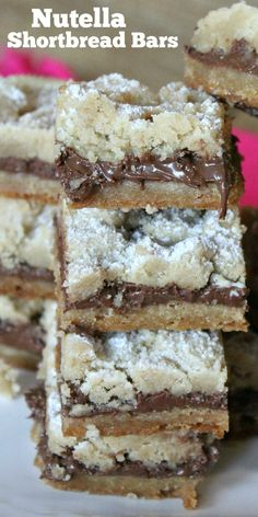 The most amazing shortbread bars stuffed with Nutella! Yummy Treats, Sweet Treats, Yummy Food, Nutella Bar, Easy Desserts, Dessert Recipes, How To Make Nutella, Shortbread Bars, Nutella Recipes