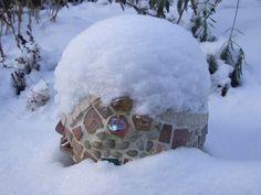 Funkelnde Akzente im Winter-Wunderland: die Mosaik-Kugel unter einem Schneehelm.