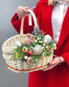 Easter Table Settings, Easter Table Decorations, Basket Decoration, Easter Flower Arrangements, Easter Flowers, Floral Arrangements, Easter Projects, Easter Crafts, Wedding Gift Baskets