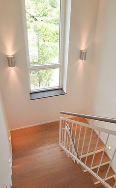 Treppenhaus einfamilienhaus holz  Treppe im Haus Skarupke - dunkles Holz verleiht dem ...