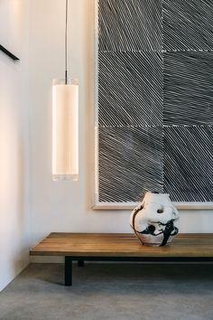 Hanglamp Guise is ontstaan vanuit een onderzoek naar reflectie en de relatie tussen licht en transparantie. De ledverlichting is door het glas niet zichtbaar, enkel de uiteinden van de randen en het geëtste gedeelte lichten op. #vibia #guise #glasslamp #hanglamp #moderninteriordesign #interiors