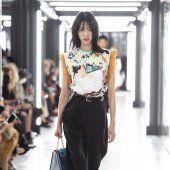Louis Vuitton Style Couture, Haute Couture Fashion, Louis Vuitton, Lady, Skirts, Collection, Fashion Ideas, Louise Vuitton, Gowns