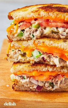 Tuna Melt This classic sandwich is such a comfort food.This classic sandwich is such a comfort food. Tuna Melt Sandwich, Roast Beef Sandwich, Easy Sandwich Recipes, Sandwich Bar, Tuna Melts, Sandwiches For Lunch, Tuna Melt Recipe Easy, Tuna Recipes For Dinner, Chickpea Sandwich