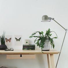 De serie 'Jip' is een leuke industriële collectie. En zo ook deze groene vloerlamp. De lamp is kantelbaar, draaibaar en in hoogte verstelbaar. Je kan hem helemaal aanpassen aan jouw wensen. De serie bestaat ook nog uit twee verschillende soorten wandlampen en drie kleuren bureaulampen.