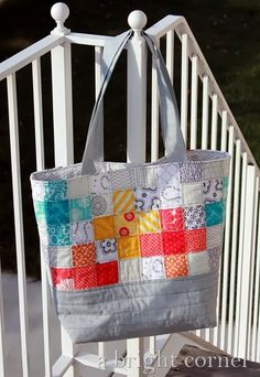 We loved the fresh colors against the soft grey fabrics when we spotted this pretty quilted tote bag! Andyof A Bright Cornerused thesame measurementsanda free sewing tutorial from Amanda theJ…