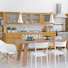 Tom dos armários e mesa para cozinha.