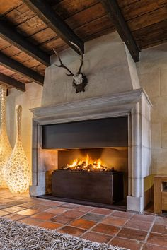 Modern gas fireplace built into a classic existing fireplace in a rural interior Stone Fireplace Decor, Cabin Fireplace, Inglenook Fireplace, Concrete Fireplace, Open Fireplace, Fireplace Design, Fireplaces, Barn Renovation, Cottage Plan
