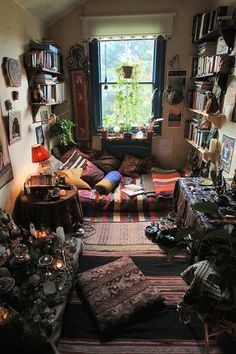 Bohemian Bedroom Decor Ideas - Figure out the best ways to master bohemian space style with these bohemia-style areas, from eclectic bed rooms to kicked back living spaces. Bohemian House, Bohemian Bedrooms, Hippie Bohemian, Bohemian Design, Modern Bohemian, Vintage Bohemian, Boho Gypsy, Hippie House Decor, Bohemian Living Spaces
