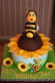 Bumblebee on sunflower cake