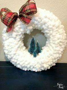 Wreath Crafts, Diy Wreath, Yarn Crafts, Holiday Crafts, Christmas Yarn Wreaths, Christmas Crafts, Halloween Yarn Wreath, Weekend Crafts, Craft Gifts