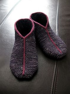 Simple Garter Stitch Slippers 2 strands of fingering weight or o1 worsted weight! So going to make these! FREE PATTERN on Ravelry!