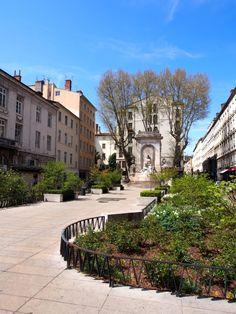Une jolie place à Lyon dans le quartier d'Ainay Lyon France, Victor Hugo, Mansions, House Styles, Vintage Posters, The Neighborhood, Russia, Cities, Fine Dining