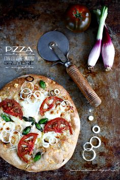 Pizza integrale con lievito madre, Gruyère, Stracchino, Pomodoro Nero e cipolla di Tropea