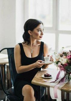 Etiqueta para café, saiba o que deve ser evitado, Coffee Girl, I Love Coffee, Best Coffee, My Coffee, Banana Coffee, Ninja Coffee, Coffee Shot, Coffee Cafe, Coffee Drinks