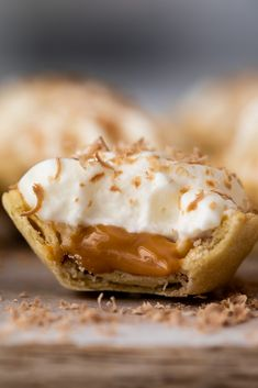 These easy mini banoffee pies are the perfect no-bake dessert. Shop-bought ingredients make these pies a breeze to assemble and your guests will love them! Banoffee Cheesecake, Cheesecake Bites, Tart Recipes, Fruit Recipes, Dessert Recipes, Eid Recipes, Holiday Recipes, Mini Desserts, Deserts