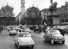 Torino anni '60. Piazza S.Carlo e via Roma, sfilata delle prime FIAT 500.