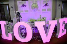 Dekoracja sali weselnej wypożyczenie napisu love www.fabrykaslubu.pl tel661619065