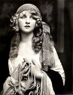 Era Ziegfeld Girl Myrna Darby - Black and White - Multiple Sizes Glamorous Old Hollywood Vintage Gypsy, Vintage Glamour, Vintage Beauty, Vintage Ladies, 1920s Glamour, Vintage Black, Old Hollywood, Viejo Hollywood, Gypsy Style