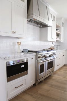 Interior Design Ideas and Home Decor Inspiration Big Kitchen, Farmhouse Style Kitchen, Home Decor Kitchen, Kitchen Interior, Home Kitchens, Kitchen Design, Kitchen Stove, Kitchen Ideas, Kitchen Cabinets