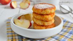 Apfel-Topfen-Datscherl ✔ Frühstück mal anders ✔ Fruchtiges Dessert mit Apfel, Topfen und Zimt ✔ Zum Rezept ➡meinheimvorteil.at Apple Desserts, Omelette, Sweet Recipes, French Toast, Sweet Treats, Recipies, Muffin, Veggies, Cupcakes