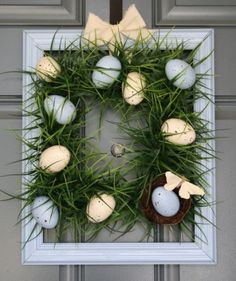 Need inspiration for a spring decor project? Read my list of 35 Easter wreaths for front door festivity. It has bunny wreaths, floral wreaths, and more! Porta Diy, Holiday Wood Crafts, Party Vintage, Diy Osterschmuck, Easy Diy, Diy Spring Wreath, Diy Ostern, Diy Easter Decorations, Outdoor Decorations