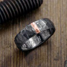 6mm gehämmert Mens Wedding Ring, 14k Rose Gold und Rhodium plattiert Sterling Silber  Dieser Ring wird aus massivem Recycling Sterling silber, die gehämmert wird, um ihm eine texturierte Oberfläche und Charakter geben. Das rhodiniert Silber nimmt die Gehämmerte Oberfläche und verleiht ihm eine rustikale Atmosphäre.  Satz in der Mitte des Ringes ist eine 2 mm Breite 14 k rose gold Streifen, die die Band durchzieht. Wenn das Sterling-silber rhodiniert ist, sticht die 14 k gold gegen die…