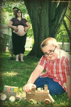 Awkward pregnancy photo....I can't stop laughing.