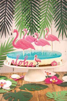 Leckeres Rezept für sommerliche Käsesahne Torte mit Flamingos und Hibiskusblüten aus Zucker