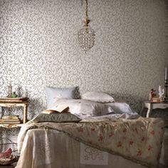 Des fleurs sur les murs et le linge de lit