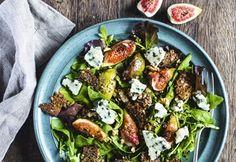 Flot og delikat salat med figner, valnødder, roquefort og ristet rugbrød