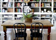 This library-dining room combo is a smart and attractive way to get double the use out of your dining room. Source by bobvilahome This library-dining room combo is a smart and attractive way to get… Dining Room Office, Dining Room Design, Dining Room Furniture, Dining Room Table, Dining Rooms, Room Chairs, Space Furniture, Furniture Design, Office Chairs
