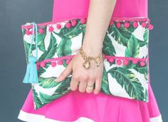 Are you looking for your next summer sewing project? Try using a stylish palm leaf print to make your own Upcycled Palm Leaf DIY Clutch! Simply recycle a patterned placemat to create this perfect DIY accessory for your summer wardrobe. Clutch Tutorial, Zipper Pouch Tutorial, Diy Clutch, Diy Tote Bag, Bag Patterns To Sew, Sewing Patterns, Tote Pattern, Diy Craft Projects, Sewing Projects