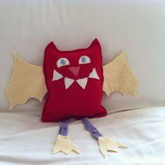 diavoletto pipistrellino Craft Ideas, Throw Pillows, Bed, Cute, Crafts, Toss Pillows, Manualidades, Stream Bed, Kawaii
