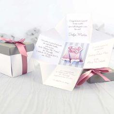 Invitatie de botez sub forma unei cutiute! Acest model de invitatie este special conceput pentru fetite, iar pentru baietei exista aceeasi varianta pe albastru. Pentru mai multe detalii vizitati site-ul nostru http://memoires.ro/