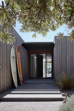 beach house The Inverloch Hidden House by Andrew Child Architecture places a contemporary twist on the traditional Australian beach house to provide the perfect home for a retired couples Australian Beach, Australian Homes, Exterior Tradicional, Contemporary Beach House, Modern Beach Houses, Small Beach Houses, Hidden House, Beach Shack, Coastal Homes