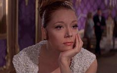 """Diana Rigg è Tracy di Vincenzo,Bond Girl,in """"Al servizio segreto di Sua Maestà""""Tra lei e James (interpretato da George Lazenby) si scatena una vera passione che sfocia prima nell'amore e poi addirittura nel matrimonio. Ma come tutti gli amori che si intersecano nelle vicende spionistiche non avrà uno sviluppo tradizionale. Uno dei momenti più suggestivi è la comparsa dell'Aston Martin con la quale i due neosposi partiranno per la luna di miele.Da:http://mag.sky.it/"""