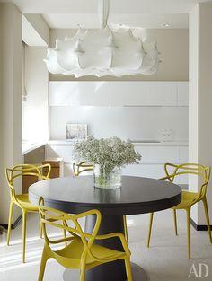 Люстра Zeppelin отFlos— самый приметный светильник в квартире. Остальное освещение спрятано внишах или встроено в потолок.