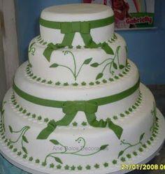 Bolo branco com laço verde