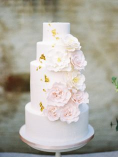 Romantic Flower Iced Wedding Cake // Photography ~ Chymo More