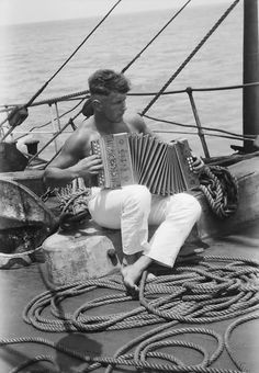 I want to play the accordiaon by the sea. (A sailor and his accordion onboard the Parma by National Maritime Museum) Marin Vintage, Vintage Men, Vintage Photographs, Vintage Photos, Motif Music, Cultura Judaica, Bateau Pirate, Photos Originales, Vintage Sailor