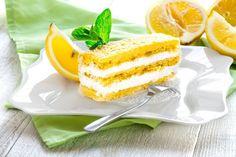 La torta al limone con crema allo yogurt è un dolce molto fresco, ideale nella stagione estiva e nelle giornate più calde. Ecco la ricetta
