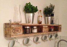 Paletes de madeira para as xícaras na cozinha. Pinterest:  http://ift.tt/1Yn40ab http://ift.tt/1oztIs0 |Imagem não autoral|