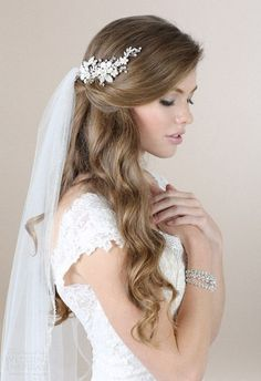 Nice 56 Adorable Spring And Summer Wedding Hairstyles Ideas With Flowers. More at http://trendwear4you.com/2018/02/23/56-adorable-spring-summer-wedding-hairstyles-ideas-flowers/ #weddinghairstyles
