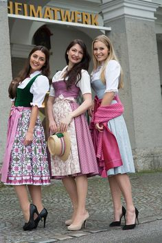 regionaltypische Dirndl aus Salzburg in allen Farben und Stoffvariationen aus dem Salzburger Heimatwerk Drindl Dress, Mode Pop, Ethnic Fashion, Womens Fashion, Fairy Clothes, Couture, Historical Clothing, Traditional Dresses, Looking For Women
