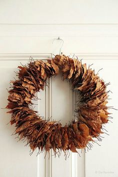 The autumn fairy: upcycling door wreath of beech leaves and wire clothes .- Die Raumfee im Herbst: Upcycling-Türkranz aus Buchenblättern und Draht-Kleider… The autumn fairy: Upcycling door wreath from … - Autumn Crafts, Nature Crafts, Autumn Wreaths, Christmas Wreaths, Christmas Front Doors, Autumn Fairy, Outside Decorations, Fall Diy, Autumn Home