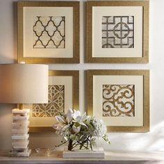 A delicadeza dos detalhes mostra um pouco da personalidade da proprietária. O abatjour com base em ônix ficou perfeito com esses quadros com moldura dourada.
