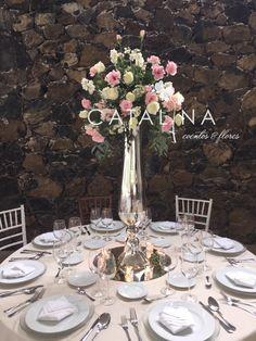 Centro de mesa alto #weddingflowers #roses