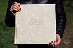 Свадебная фотокнига, свадебный фото альбом в классическом дизайне с обложкой из кожи с тиснением